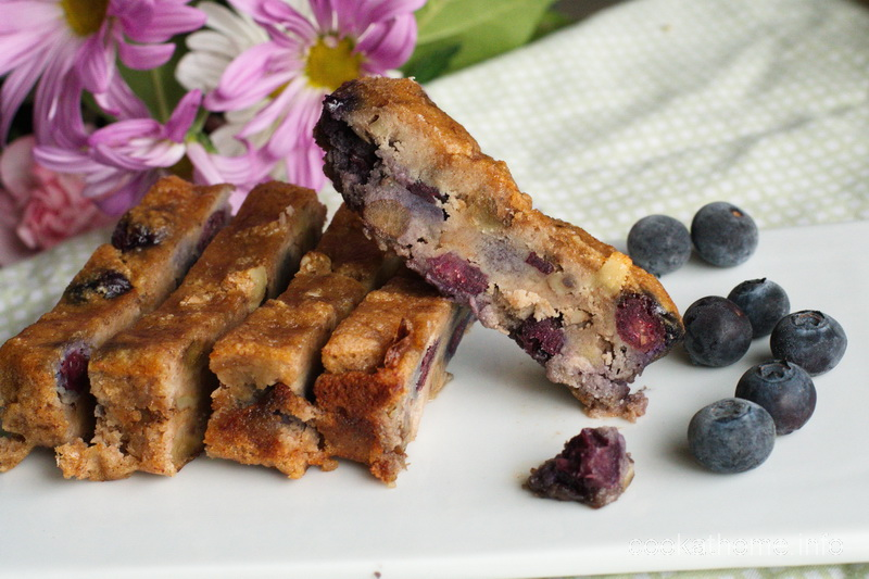 Banana blueberry bread with bananas and blueberries - but with no gluten, dairy or refined sugar. It's a winner. #blueberries