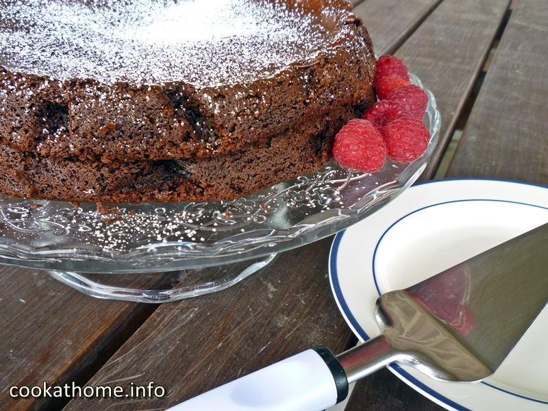 A moist, flourless chocolate cake that is the 'best' one I've ever made, according to my family! Using olive oil, good quality cocoa and love ...! #flourlesscake