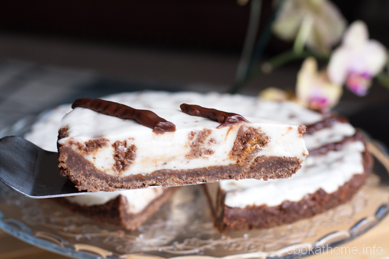 This cookies and cream cheesecake is one of the most amazing cheesecake recipes I've ever come across! And it is so delicious, and so versatile - great combination of cookies and cream. #cheesecake #cookathome #glutenfree #dairyfree