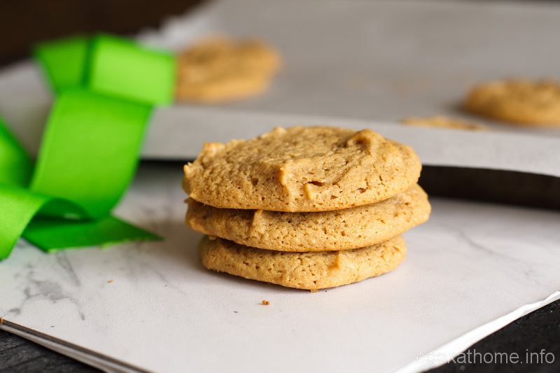 Really easy gluten-free and flourless peanut butter cookies, really simple ingredients, really yummy dough (and finished product!) #peanutbutter