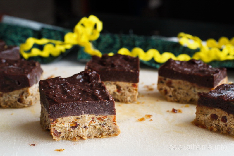 A healthy chocolate peanut butter slice, using all natural ingredients including peanut butter, almond meal and sweetened only using Medjool dates #chocolatepeanutbutter