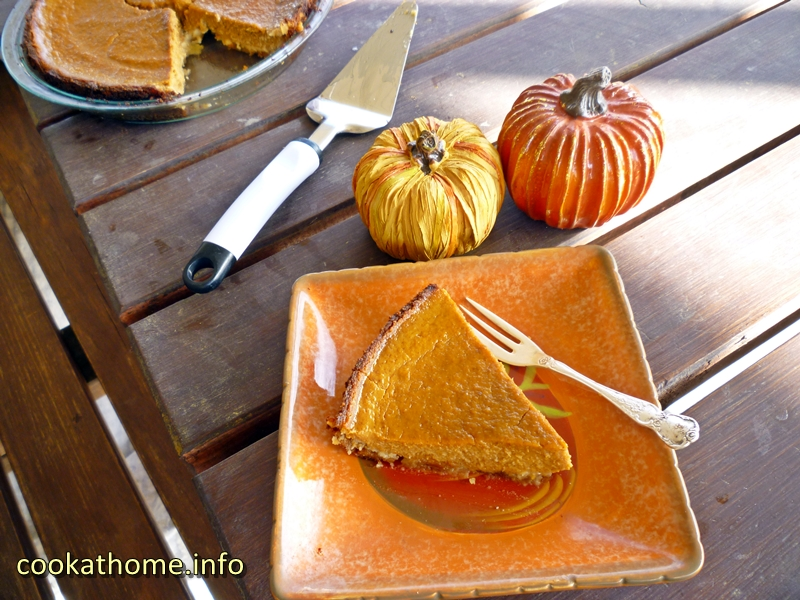 A Paleo pumpkin pie, full of pumpkin pie spices and ginger ... even in the crust! #pumpkinpie