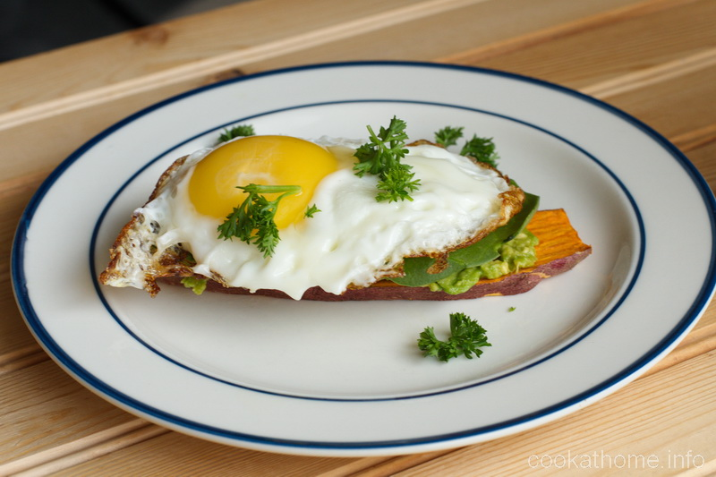 This sweet potato toast with egg and avocado is a filling breakfast (or any meal) idea, also Whole30 compliant, and so yummy! #sweetpotatotoast #cookathome #glutenfree #dairyfree